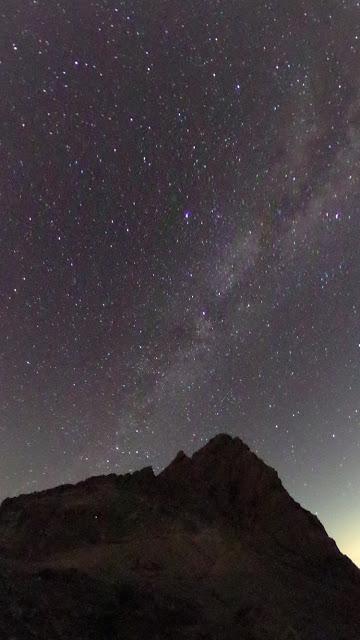 槍ヶ岳と星空