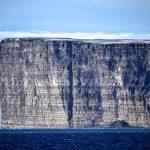 北極クルーズ 断崖絶壁の驚異の島は鳥の楽園だった