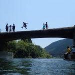 四万十川の沈下橋からジャンプ