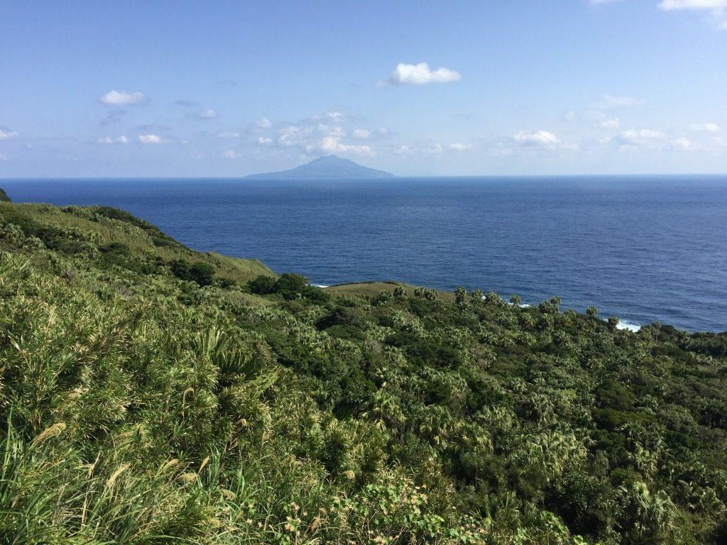 悪石島から諏訪之瀬島を望む