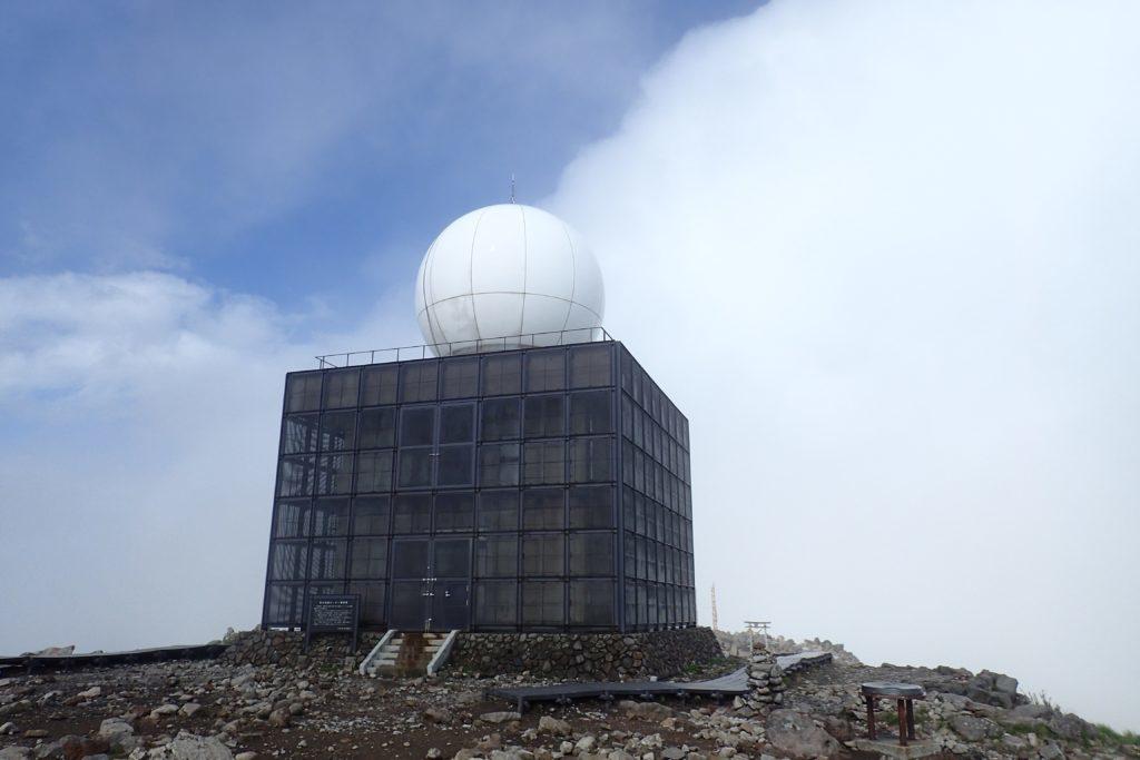霧ヶ峰の車山にある気象レーダー