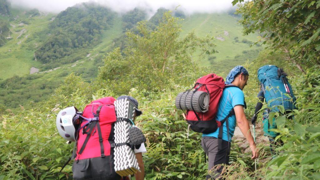 岳沢を歩く