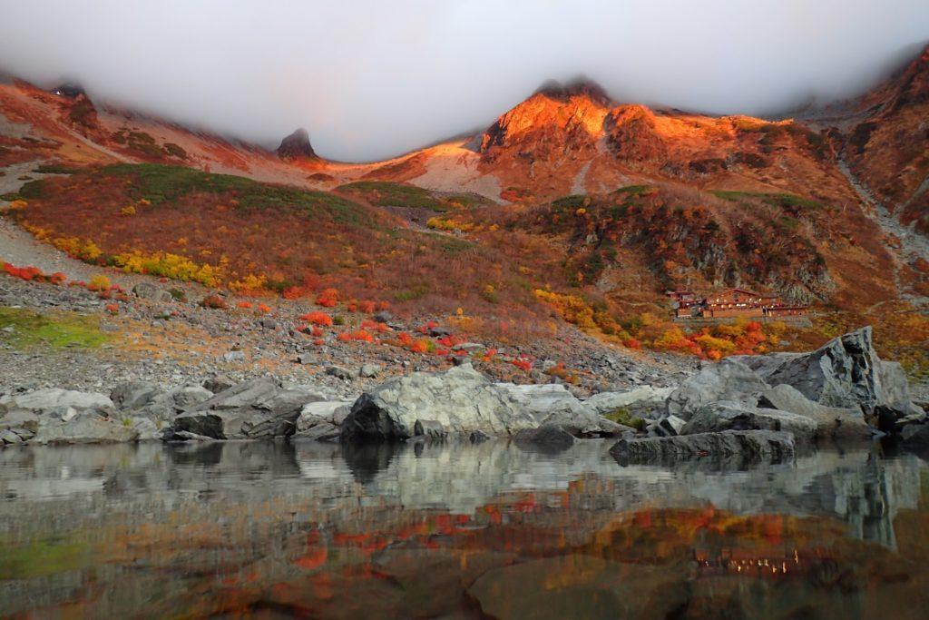 朝焼けの紅葉の涸沢カール