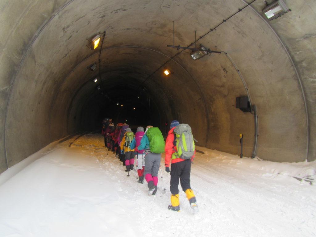 釜トンネルを歩く