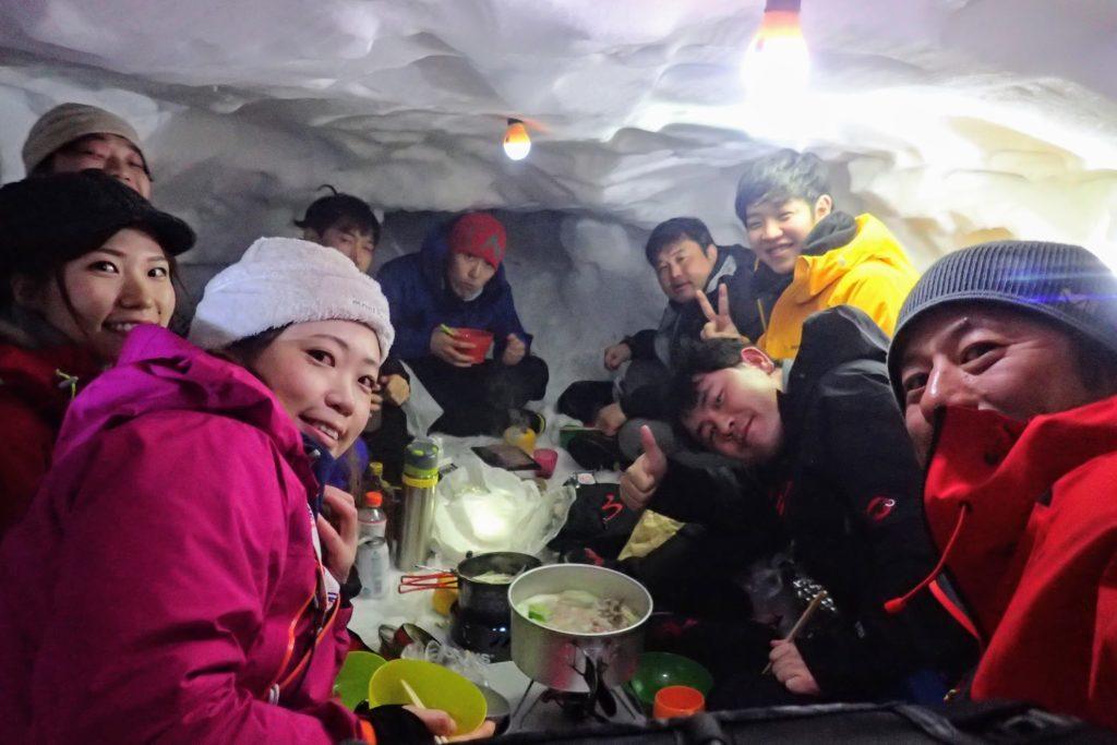 雪洞で宴会