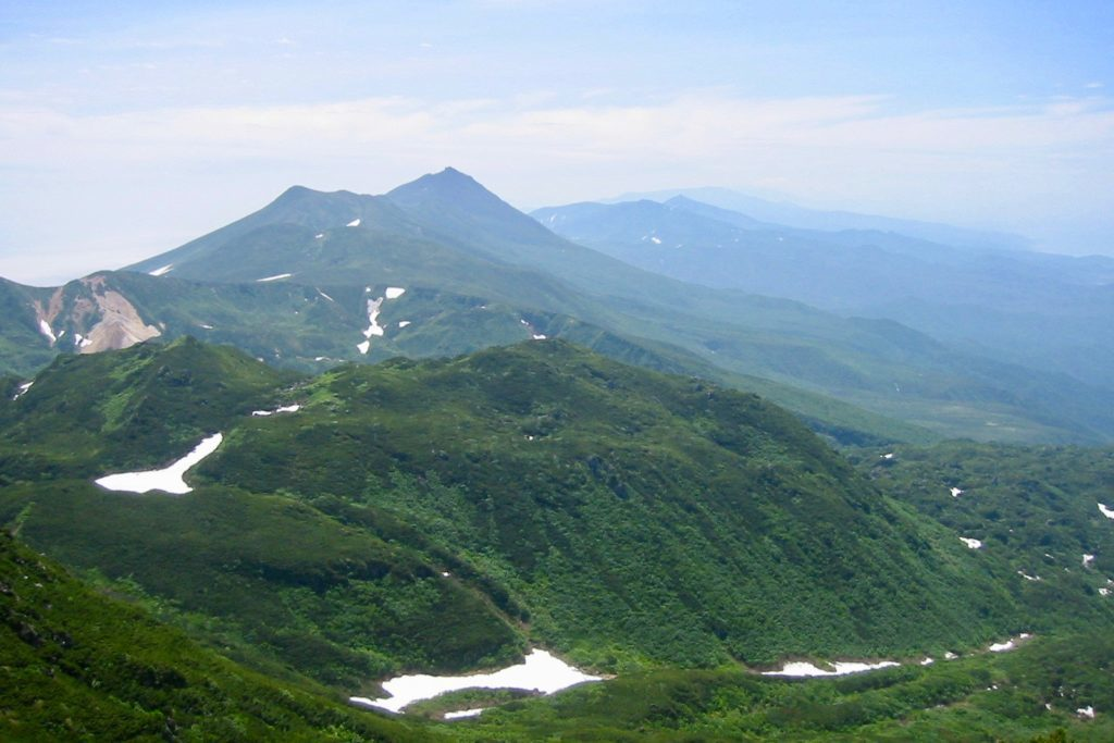 硫黄岳から羅臼岳を望む