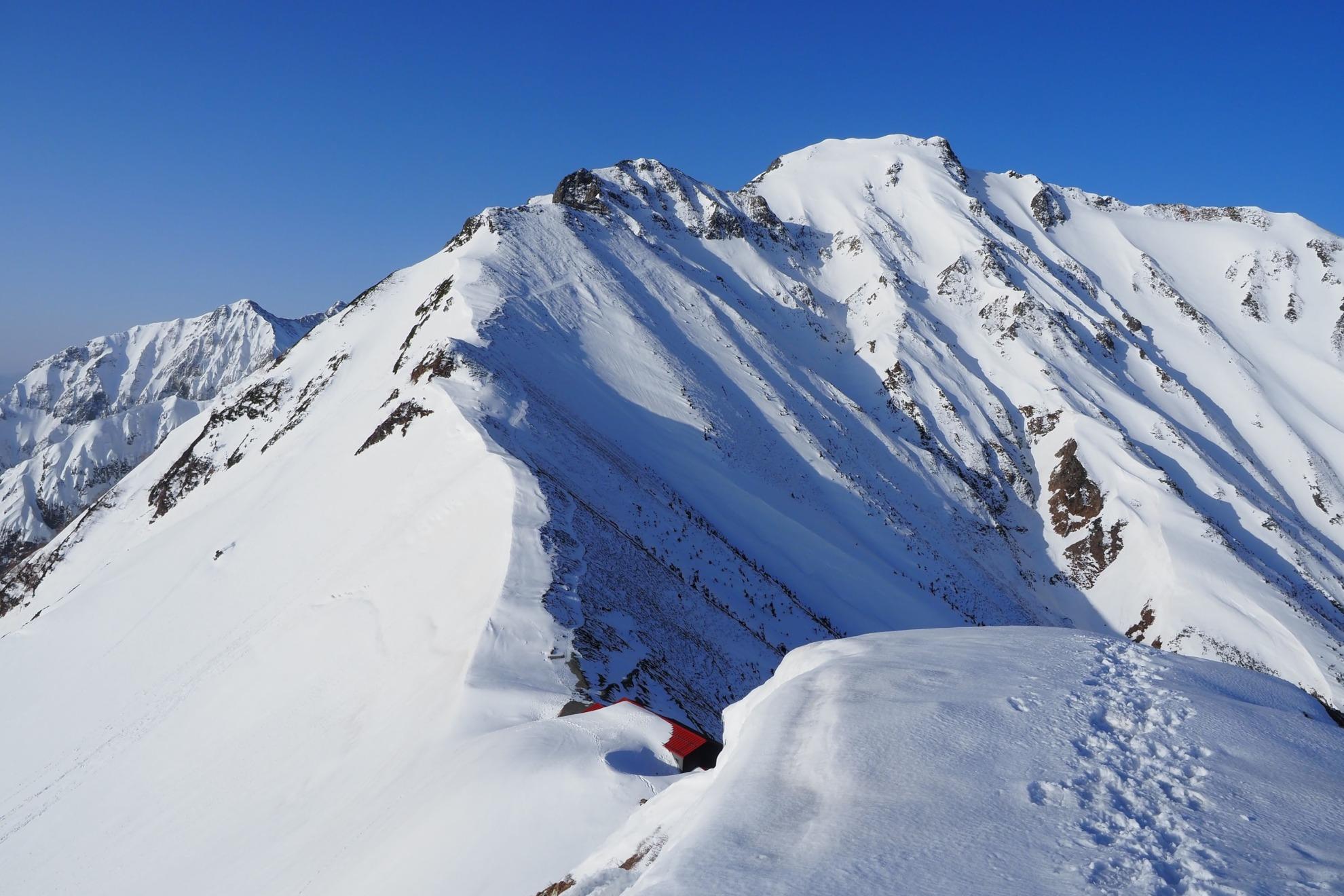 雪の五竜岳と五竜山荘