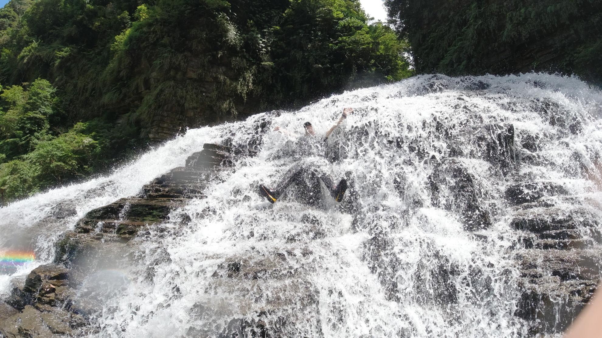 西表島 マヤグスクの滝 水浴び
