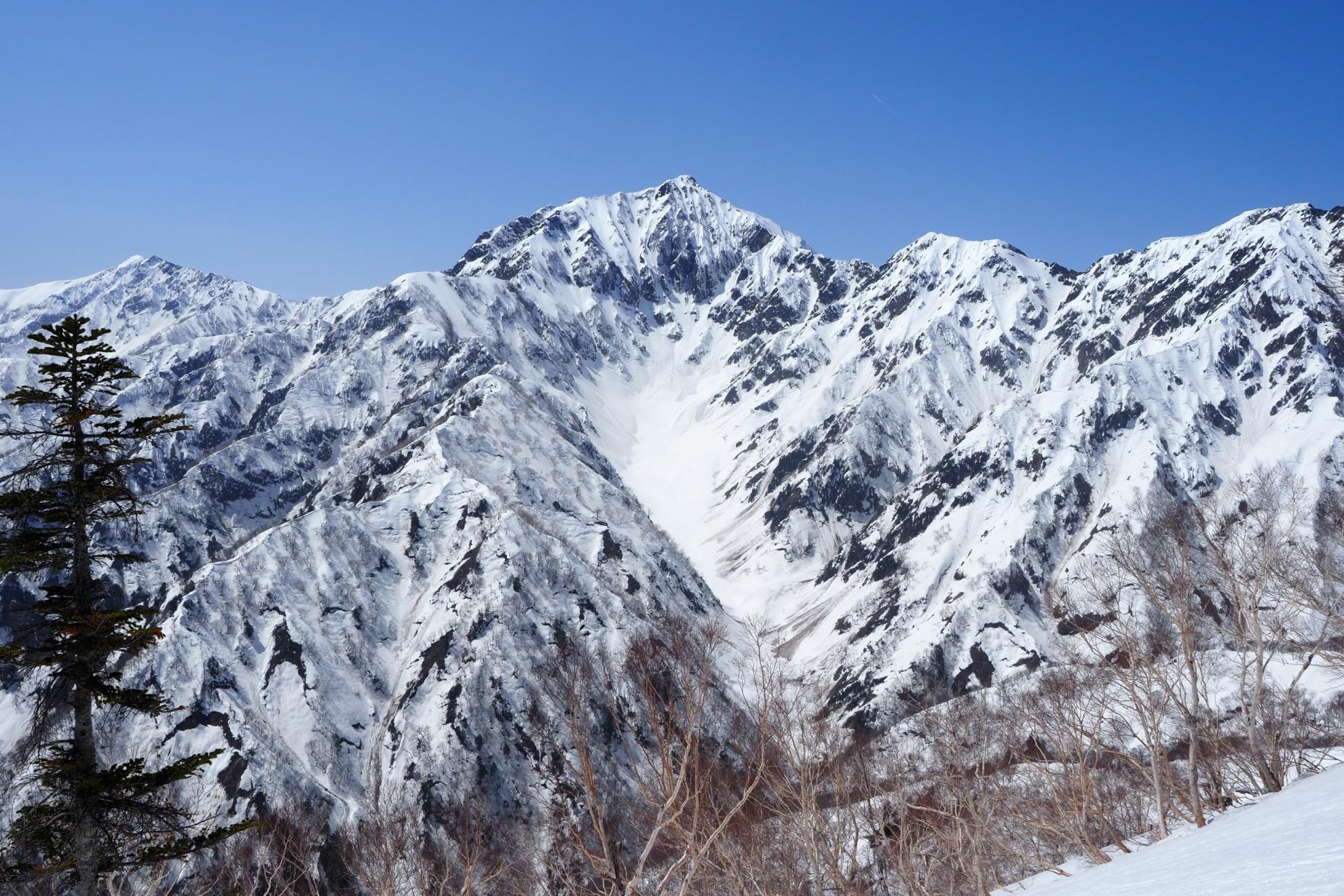 雪の鹿島槍ヶ岳とカクネ里雪渓