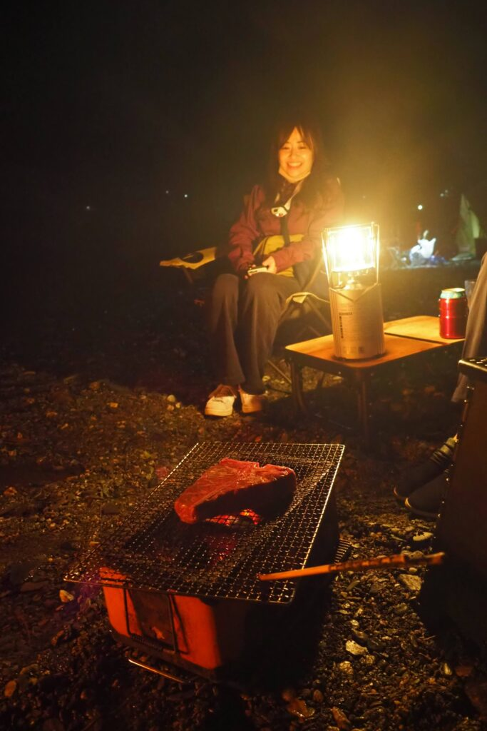 キャンプでTボーンステーキ