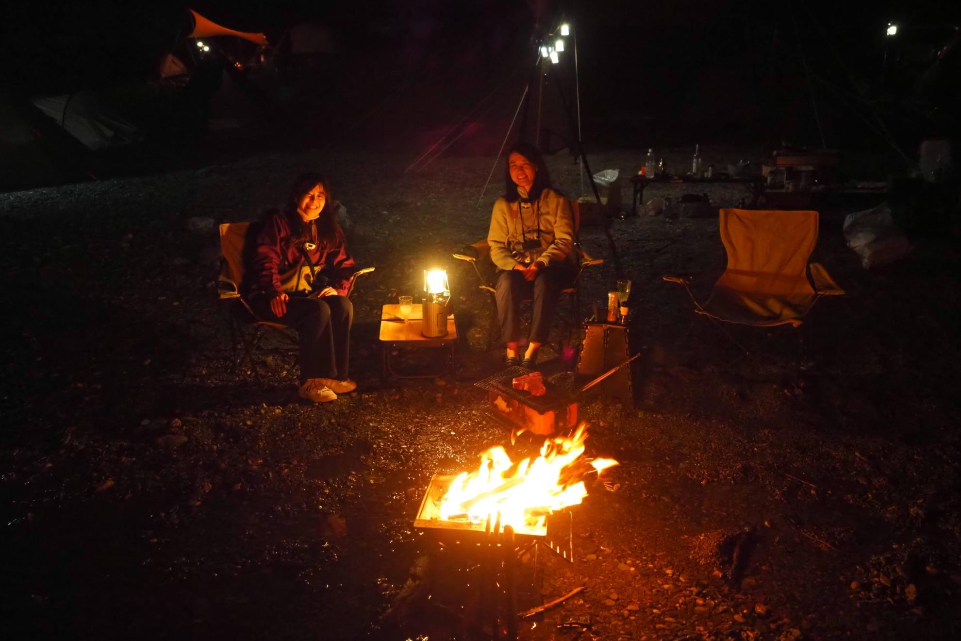 川の中で焚火