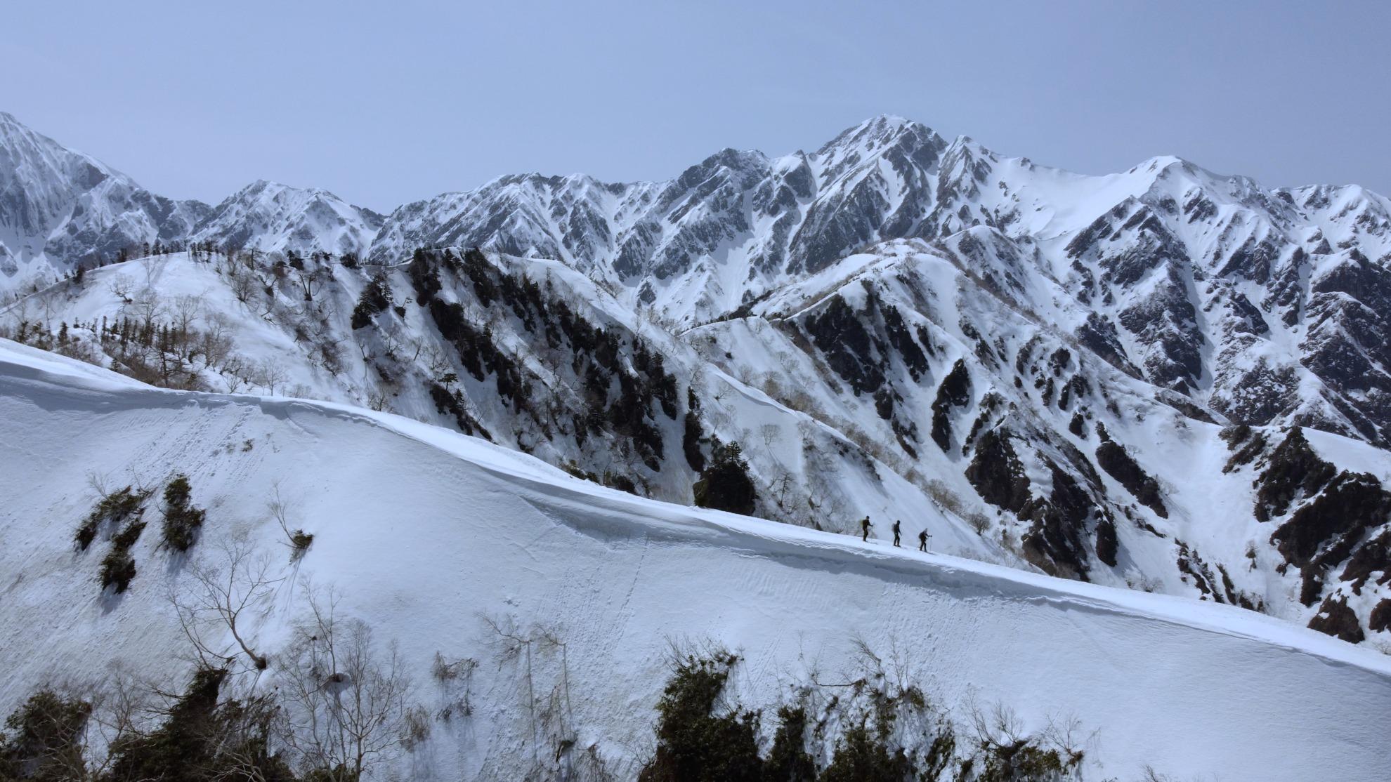 雪の遠見尾根と五竜岳 ドローン